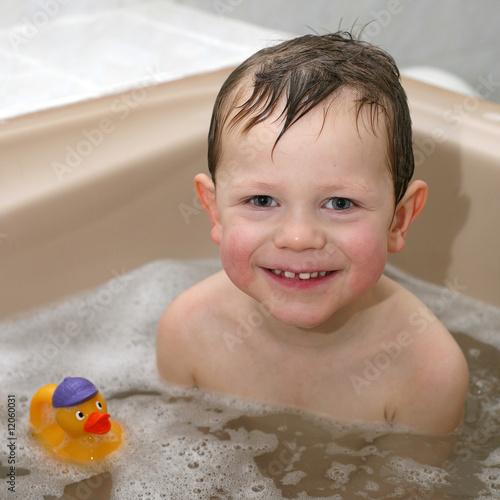 Stampa su Tela Enfant prenant un bain avec son canard en plastique