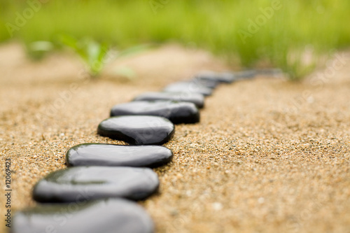 Foto auf Leinwand Zen-Steine in den Sand abstract stone path