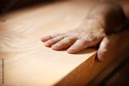 Foto  Hand auf Holz