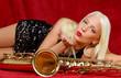 Junge Frau mit Saxophone küssend