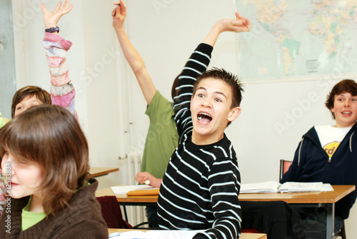 Fotografie, Obraz  élève levant la main en classe - école