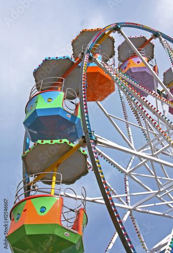 In de dag Amusementspark Ferris wheel at a fairground