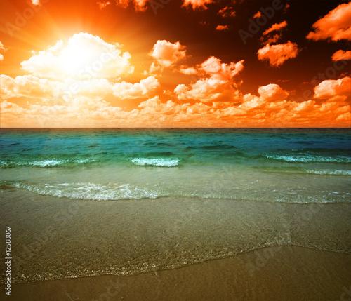 Papiers peints Nautique motorise sunset and tropical ocean