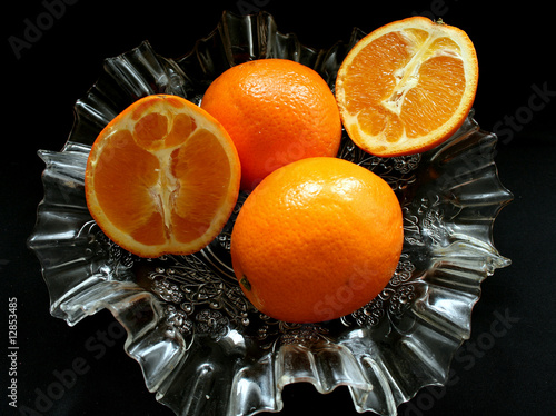 Pomarańcze  w szklanym naczyniu
