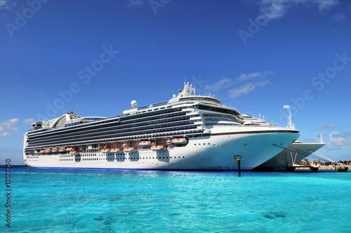 Fotografía  Cruise Ships Anchored in Grand Turk Island