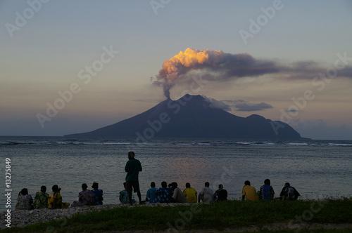 Staande foto Vulkaan Vulkan Lopevi Vanuatu, Ausbruch in Abendstimmung
