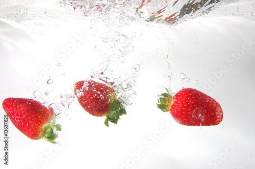 Poster Dans la glace strawberry splash