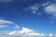 himmelblau mit Wolken