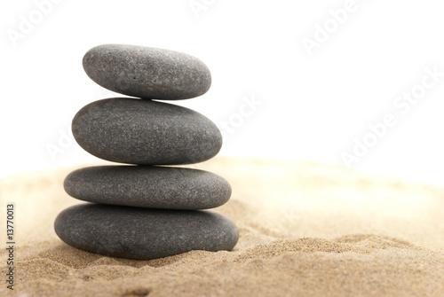 Photo sur Toile Zen pierres a sable tas de pierre sur le sable - détouré sur blanc