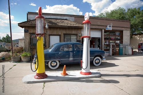 In de dag Route 66 historische route 66, renovierte alte tankstelle mit Oldtimer