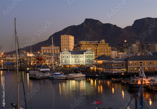 Foto op Plexiglas Zuid Afrika Victoria and Albert Waterfront in the Evening, Cape Town