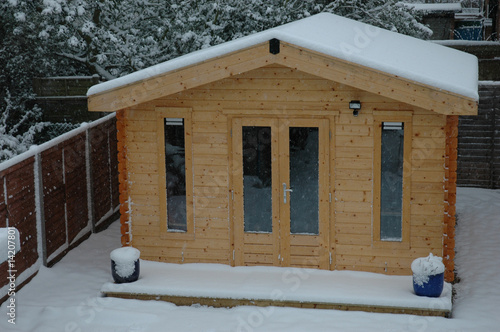 Fotomural Office shed in back garden with snow