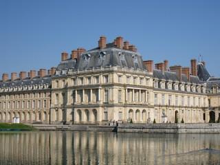 Fototapeta na wymiar chateau et son reflet