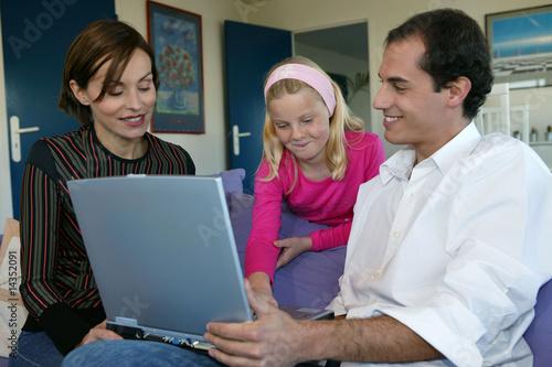 Fototapeta  parents et enfant avec ordinateur portable