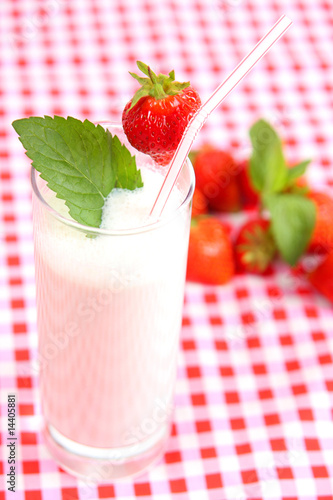 Foto op Plexiglas Milkshake erdbeer-joghurt getränk