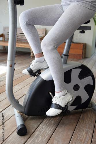 Fotografie, Obraz  Femme âgée faisant du vélo d'appartememt