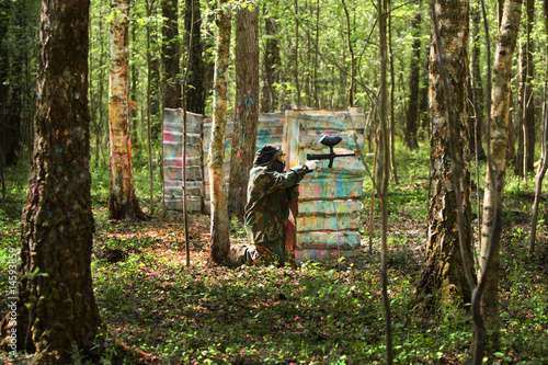 Photo  Paintball gamer, soldier aiming and shooting in woods