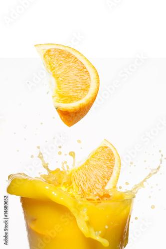 pomaranczowe-plastry-padaja-w-soku