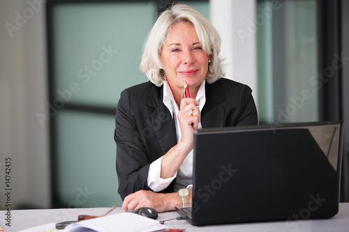 Photo femme d'affaire senior au bureau