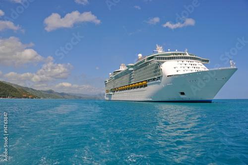 Foto op Plexiglas Caraïben huge cruise ship in caribbean port