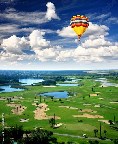 Poster Montgolfière / Dirigeable A golf course resort