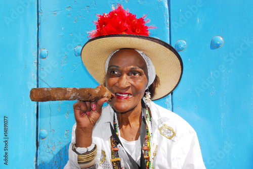 Photo  cigar lady in havana cuba