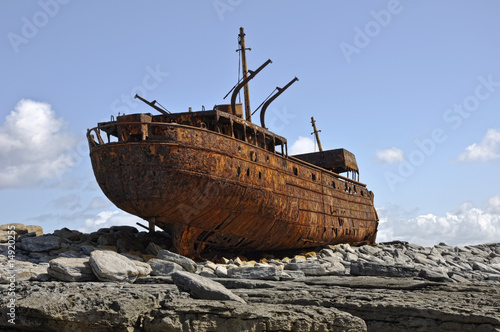 Tuinposter Schip old rusty ship wreck