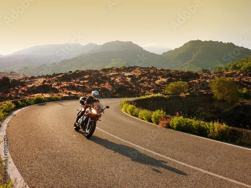 Motorradfahrerin auf Tour in Sizilien