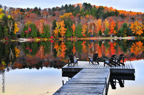 Montage in der Fensternische Kanada Wooden dock on autumn lake