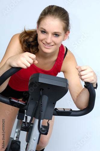 Fotografie, Obraz  Junge Frau auf Fahrradergometer