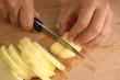 Apfel wird für einen Obstsalat zerkleinert