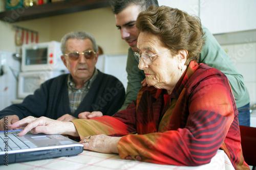 personnes âgées avec aide à domicile Canvas Print