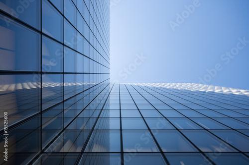 Bürofassade vor blauem Himmel