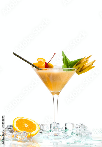 Foto op Plexiglas Bar cocktail and ice isolated on white background