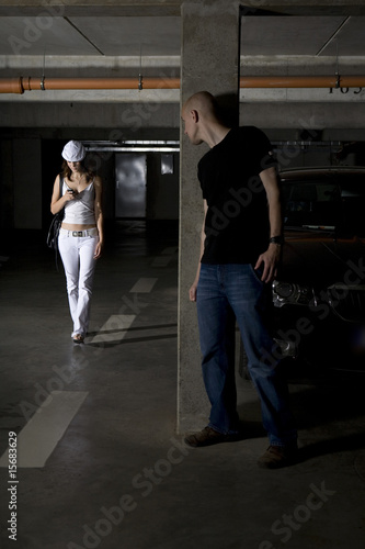 Canvas Print Young woman stalked by aggressor