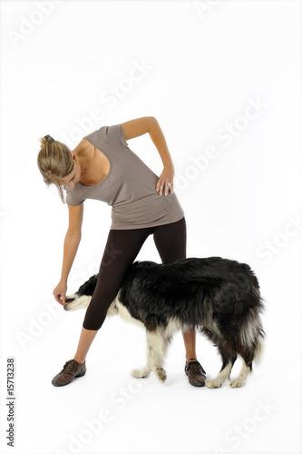 Fotografía  maitresse apprenant à son chien à slalomer entre ses jambes