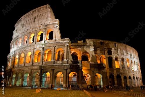 In de dag Rome Amphitheatre Colosseum in the city Rome at night