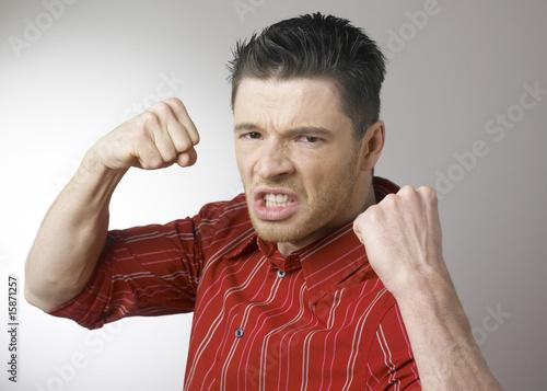 Photo homme furieux montrant les poings