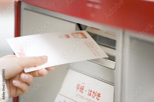 Fotografia  Ręka kobiety, aby wysłać karty noworoczne
