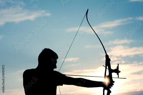 Photo Attractive young archer sight his target