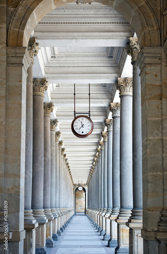 klasyczna-stylowa-kolumnada-w-karlovy-vary-republika-czech