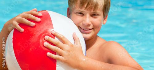Photo  swimming pool kind mit ball