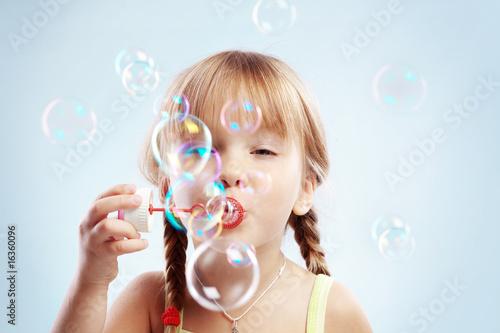 Photo Little girl blowing bubbles