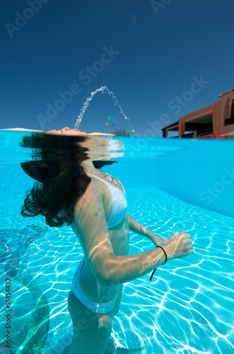 Poster Chambre d enfant Underwater view of a woman swimming in the swimming pool