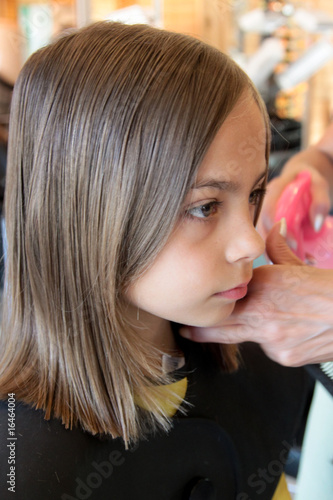 Photo surveiller le travail de la coiffeuse