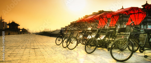 In de dag Chinese Muur Xi'an / China - Town wall with bicycles