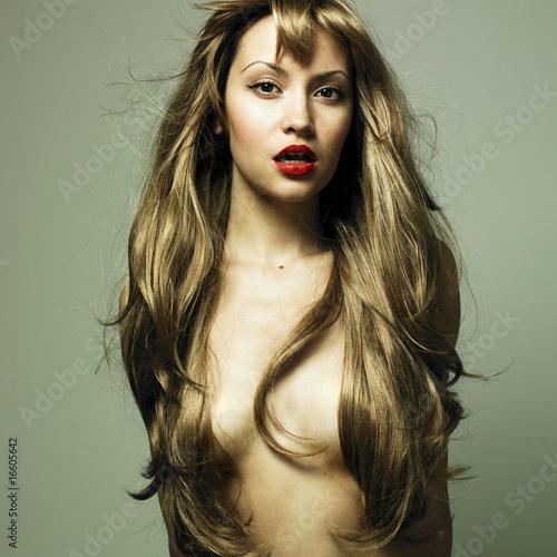 Obraz Piękna kobieta z wspaniałymi włosami - fototapety do salonu