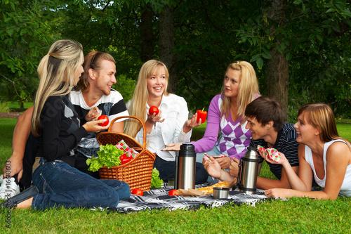 Montage in der Fensternische Picknick Happy friends