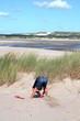 un enfant joue dans les dunes