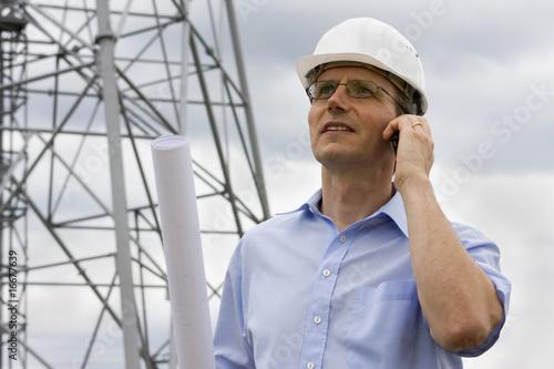 Ingenieur telefoniert
